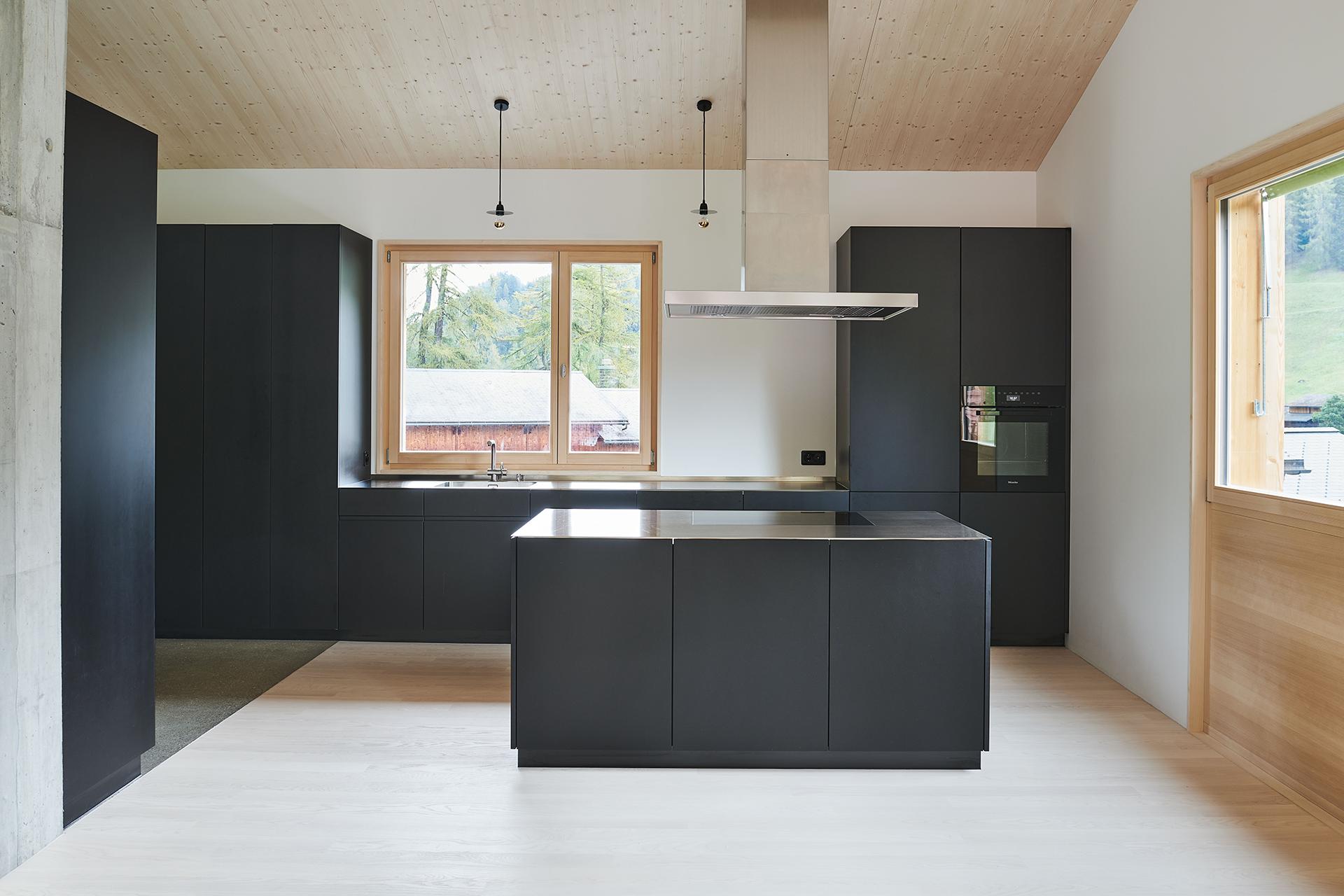 schwarze küche mit chromstahlabdeckung, davos ortolfi